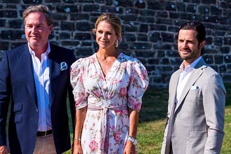 Prinsessa Victorian sisko prinsessa Madeleine, hänen puolisonsa Chris O'Neil ja prinssi Carl-Philip saapuivat juhlistamaan kruununprinsessaa.