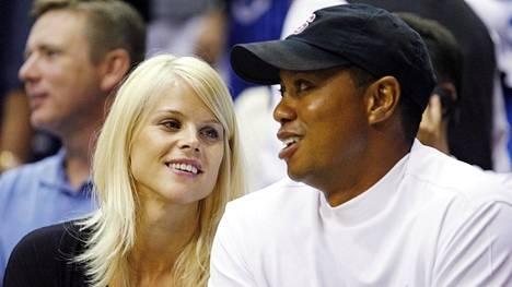 Elin Nordegren ja Tiger Woods kuvattiin koripallokatsomossa kesällä 2009. Heidän vaikeutensa alkoivat samana syksynä.