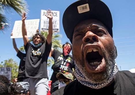 Mielenosoituksissa on vaadittu Fullerin tapauksen tutkimista murhana.