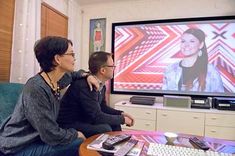 Saaran vanhemmat Markus ja Taina Aalto kotonaan seuraamassa tyttärensä X Factor -menestyksen alkumetrejä vuonna 2016.
