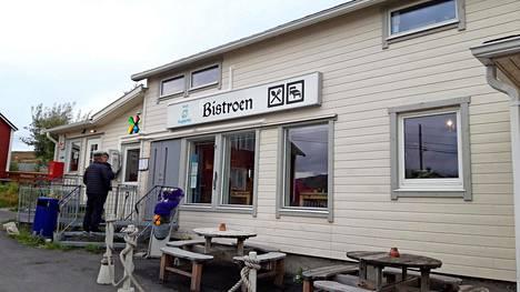 Kylän ainoassa ravintolassa voi nauttia valasta tai kuningasrapua.