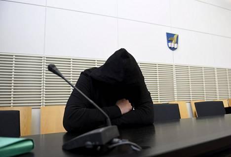Törkeästä varkaudesta epäilty mies Itä-Uudenmaan Käräjäoikeudessa Vantaalla 6. marraskuuta 2019.