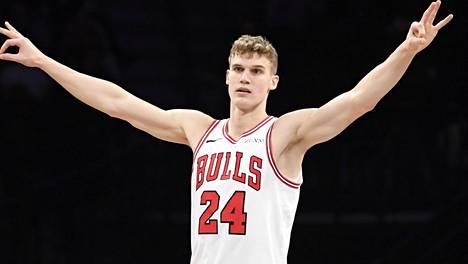 """Lauri Markkanen vaihtoi lajia NBA-ottelun alkulämmittelyssä – hämmästytti taidoillaan: """"Mitä tämä mies ei osaa tehdä?"""""""