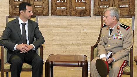Syyrian presidentti Bashar al-Aassad (vas.) tapasi eilen Damaskuksessa hallituksen joukkojen kenraalin Ali Abdullah Ayubin.