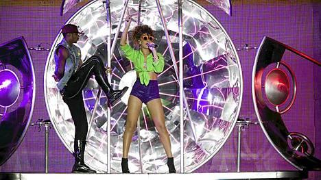 Rihanna oli pukeutunut värikkäästi Helsingin-keikallaan.