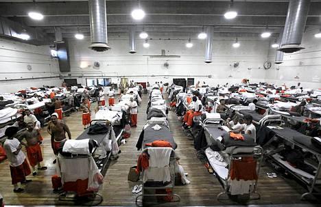 Chinon vankilassa Kaliforniassa osa vangeista on majoittunut liikuntasaliin.