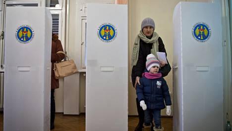 Moldovalainen nainen äänestyspaikalla sunnuntaina.