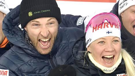 Jarkko Siltakorpi ja Kaisa Mäkäräinen näyttivät iloista mieltä maaliskuussa 2020, kun Mäkäräinen hiihti viimeisen kisansa ampumahiihdon maailmancupissa Kontiolahdella.