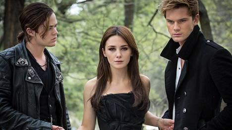 Cam (Harrison Gilbertson) ja Daniel (Jeremy Irvine) kisaavat Lucen (Addison Timlin) huomiosta.