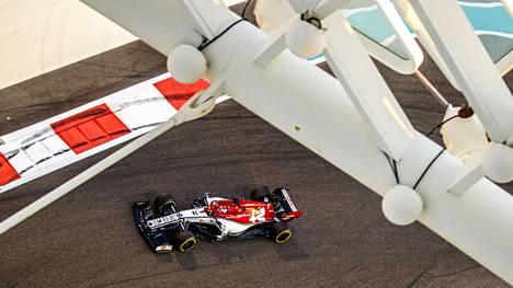 Kimi Räikkönen kuvattuna Yas Marinan radalla Abu Dhabissa.
