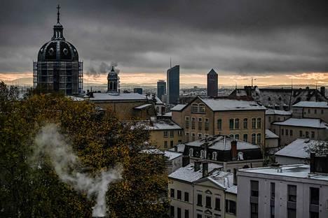Lyonin katot peittyivät lumesta perjantaina.