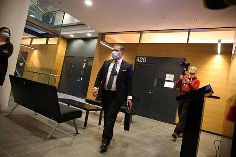 Syyttäjä Mikko Sipilä saapui käräjäoikeuteen.