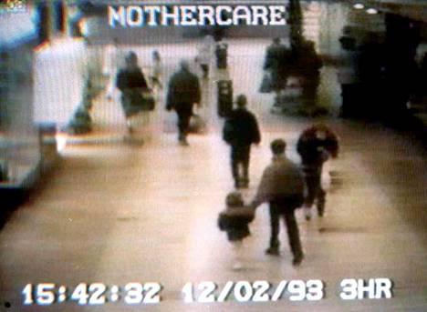 Ostoskeskuksen valvontakamerat tallensivat videolle, kun 10-vuotiaat Jon Venables ja Robert Thompson veivät äitinsä kanssa ostoksilla olleen 2-vuotiaan Jamesin.