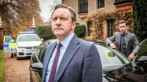 Neil Dudgeon näyttelee rikosylikomisario John Barnabyä Midsomerin murhat -sarjassa.