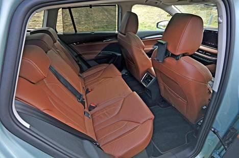 Takaistuimella on hienosti tilaa. Tältä osin Enyaq on samaa kokoluokkaa kuin Škoda Kodiaq.