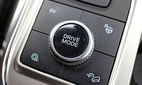 Keskikonsolin valitsimesta löytyy seitsemän ajotilaa.