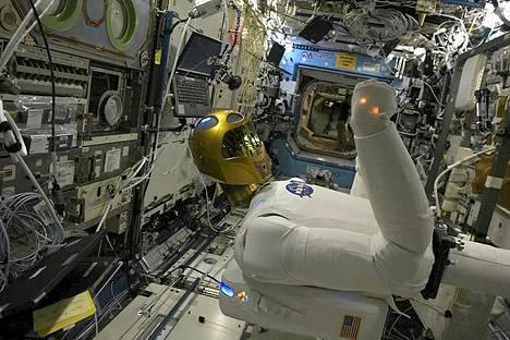 Kanadan avaruushallinnon edustajan Chris Hadfieldin jakamassa kuvassa nähdään ensimmäinen ihmisenkaltainen robotti avaruudessa. Robonaut 2 -nimeä kantava robotti tulee suorittamaan Kansainvälisellä avaruusasemalla tehtäviä, jotka ovat ihmisastronauteille liian vaarallisia.