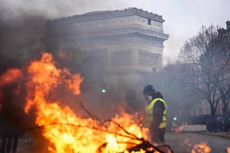 Pariisi palaa mellakoissa, jotka alkoivat diesel-verosta.