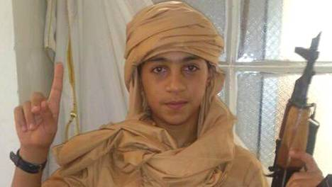 13-vuotias jihadisti Younes Abaaoud on poseerannut sosiaalisessa mediassa rynnäkkökiväärin kanssa.