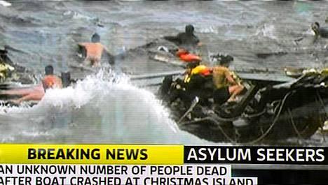 Australialainen tv-kanava 7 näytti dramaattista videota venepakolaisten aluksen haaksirikosta.