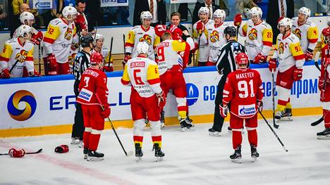 Veli-Matti Savinainen puolusti joukkuetovereitaan nyrkein.