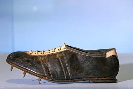 Olympiavoittaja Jesse Owensin kengät 1930-luvulta. Adidaksen perustaja Adi Dassler lahjoitti kengät hänelle.