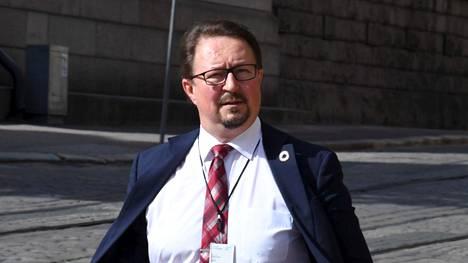 Terveyden ja hyvinvoinnin laitoksen terveysturvallisuusosaston johtaja Mika Salminen menossa iltakouluun Helsingissä 12.8.2020.