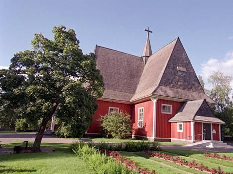 Iitin vanha puukirkko on valmistunut 1693. Sankarihautausmaa sijaitsee sen kirkkomaalla.
