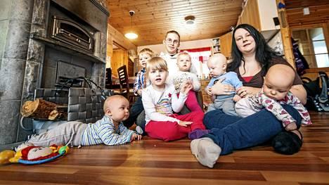 –Maalaisjärki on lastenkasvatuksessa tärkeää, kuuden lapsen arkea elävät Julianna Kovanen ja Risto Haapaniemi sanovat. Kuvassa vasemmalta: Juuso, Jaakko, Juuli, Risto, Jonna, Joonas, Julianna ja Jade.
