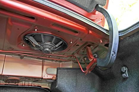 Takakannen alle kurkistamalla paljastuu esimerkki Corollan kestävyyden saloista: ääriperinteinen saranointi ilman kunnon verhoilua. Pintamaalaamattomat korirakenteet vaikuttavat heppoisilta.