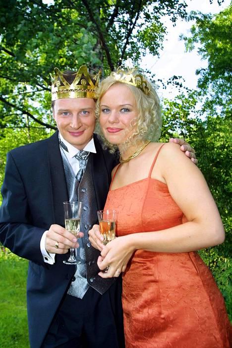 Erkki Räsänen kruunattiin tangokuninkaaksi vuonna 2001. Vierellä tangokuningatar Mira Sunnari.