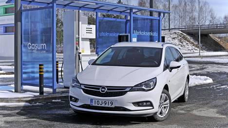 Kuvassa kaasu- ja bensiinikäyttöinen Opel Astra viime vuodelta. Nyt autoa ei enää ole uutena saatavilla.