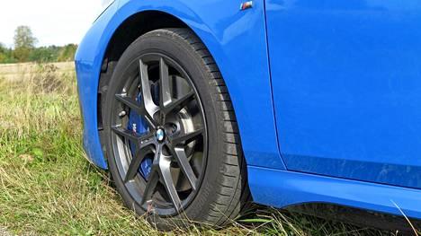 Tyylikkäiden vanteiden läpi näkyvät M Sportin jarrujen siniset jarrusatulat, jotka varmistavat tehokkaan pysähtymisen.