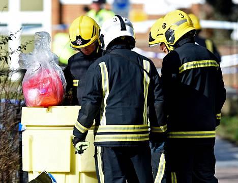 Palomiehet poistavat hermomyrkkyä tapahtumapaikalta Salisburyssä Isossa-Britanniassa.