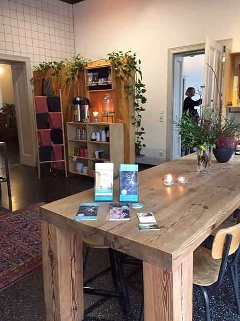 Friedrichshainin kaupunginosassa sijaitseva Yogi Bar tarjoaa joogatunteja pitkin päivää.