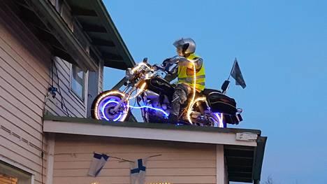 Illan hämärtyessä moottoripyörään kytkeytyy jouluvalot päälle, mitkä loistavat Tuusulan väylälle saakka.