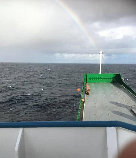 Sateenkaari ilmestyi valtameren ylle. Merenkäynti vaikeutti pelastusoperaatiota.
