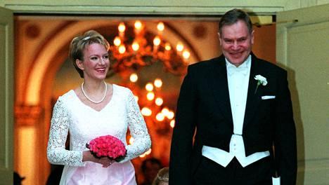 Päivi ja Paavo Lipponen avioituivat Helsingin Vanhassa kirkossa vuonna 1998.