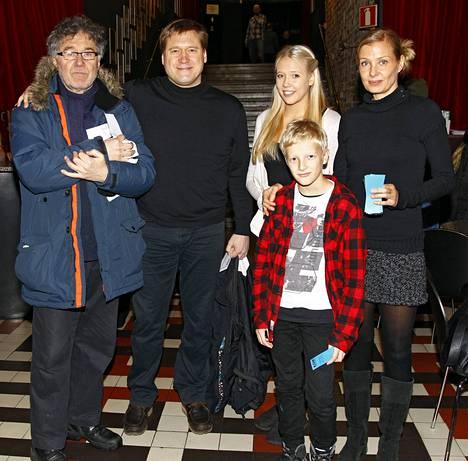 Säveltäjä Toni Edelmann saapui KOM-teatteriin yhdessä Maltalla asuvan poikansa, superlahjakkaan näyttelijä-laulaja Samuli Edelmannin ja tämän Laura-vaimon ja parin lasten, Venlan ja Ilmarin kanssa.