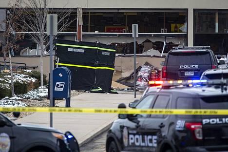 Supermarketin ikkunat olivat rikki ammuskelun jäljiltä.