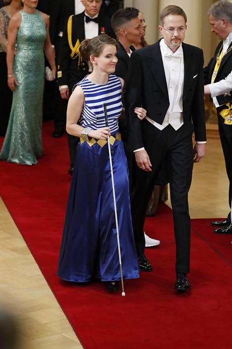 Yleis- ja vammaisurheilija Ronja Oja saapui juhliin sinivalkoisessa mekossa. Ojan äiti ompeli pukuun kiinni tämän mitalien nauhoja.