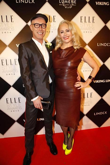 Anne Kukkohovi poseerasi Elle Style Awards -tapahtumassa yhdessä veljensä Jari Laaksosen kanssa.
