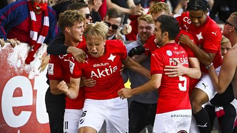HIFK:in pelaajia juhlimassa lisäajan tasoitusmaalia.