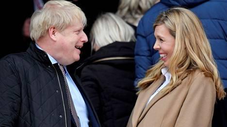 Boris Johnson ja Carrie Johnson naureskelivat toukokuussa jalkapallo-ottelussa.