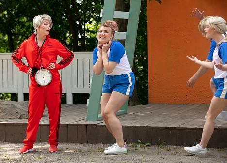 Linda Hämäläinen (keskellä) vaihtaa tyttärestä äidiksi Maria Lundin tavoin.