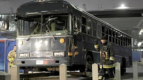 Yhdysvaltain armeijan bussi hinattiin pois Frankfurtin lentokentällä Saksassa illansuussa.