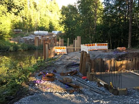 Sillan rakennustyöt ovat vielä vaiheessa, ja valmista pitäisi olla joulukuussa.
