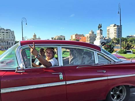 Vuoden 1959 vallakumousta edeltävältä ajalta peräisin olevat amerikanraudat kuuluvat edelleen Havannan katukuvaan.
