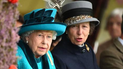Kuvassa kuningatar Elisabet ja tämän tytär prinsessa Anne (oikealla).
