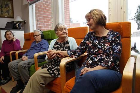 – Omakin elämän laatu on parantunut kun tietää, että äiti on turvassa, sanoo Airi Lehtinen (oik.). Hän käy useita kertoja viikossa hoivaamassa äitiään Eila Vilposta, 87.